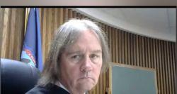 Réu entra em julgamento on-line usando palavrão como nome e deixa juiz furioso